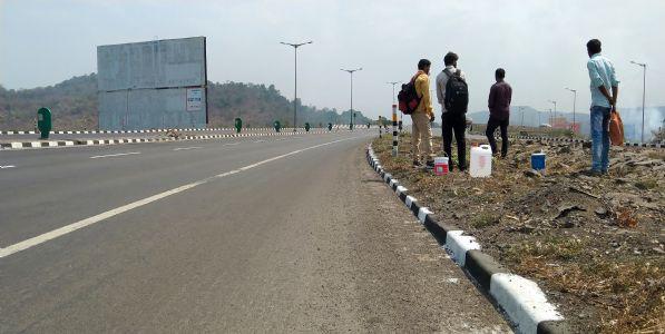Photo : मुंबई-अहमदाबाद मार्गावर 'वीकएण्ड लॉकडाऊन'चा प्रभाव