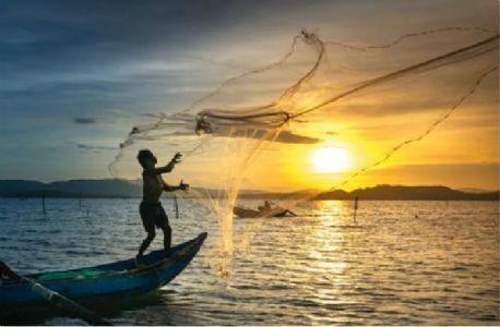 कडक निर्बंधांमुळे मासेमार बांधव संकटात